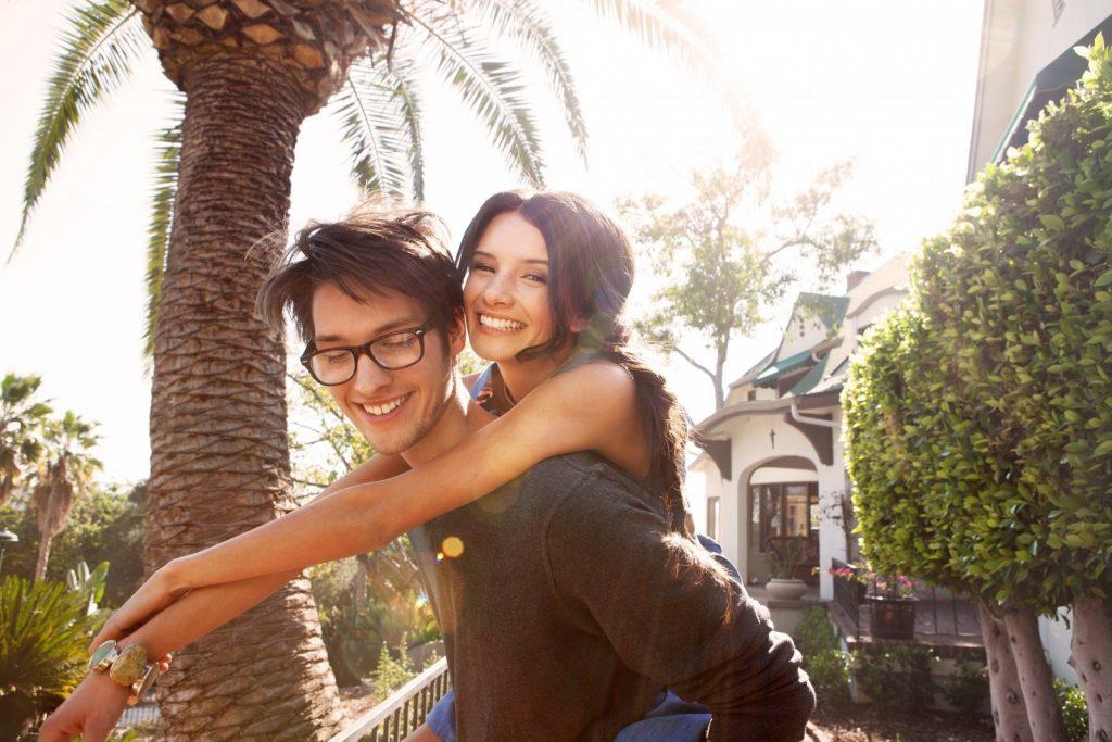 szczesliwa para w ogrodzie